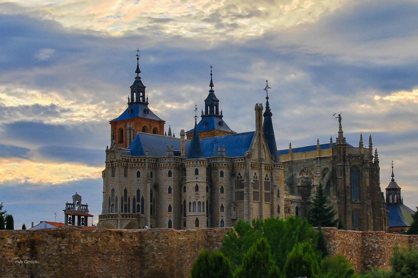 Museo de los caminos y catedral en Astorga