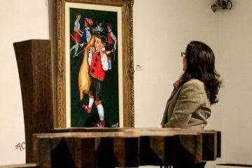 Una visitante observando una obra de Victor Sarriugarte