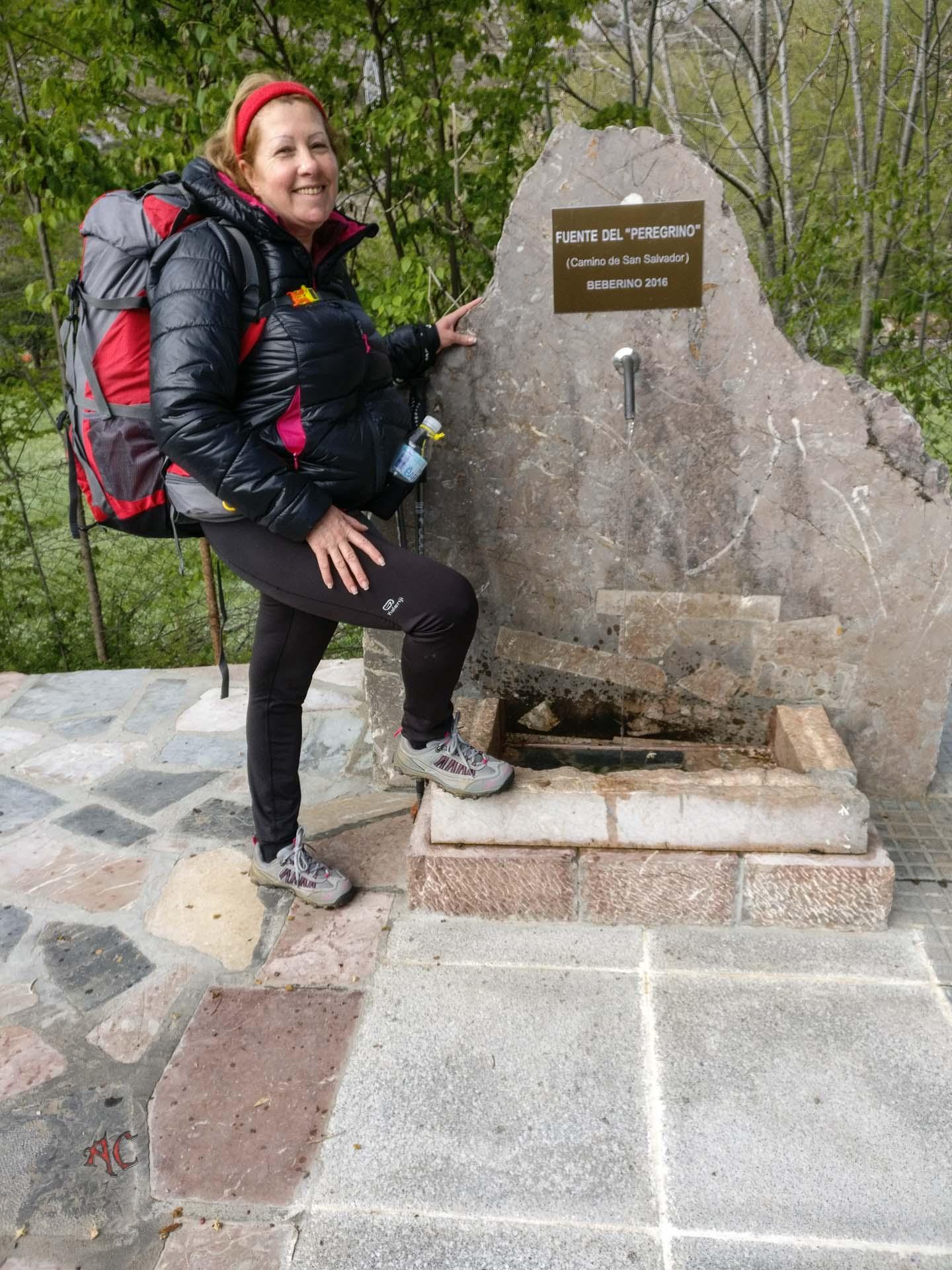 Mayka en una Fuente para peregrinos