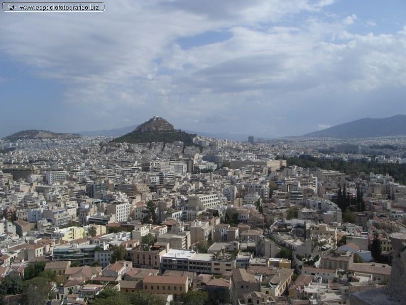 Vista de Atenas con la colina de los lobos al fondo