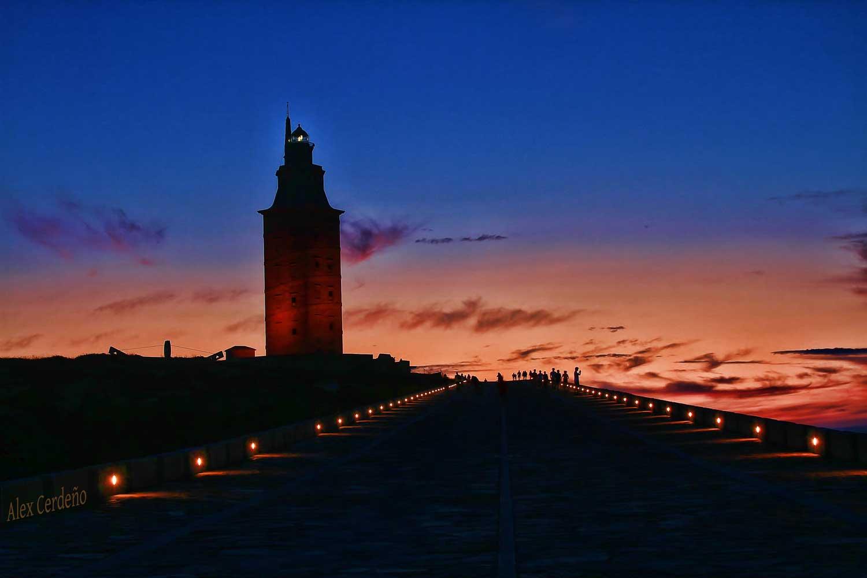 Vista nocturna de la Torre de Hércules en la Coruña