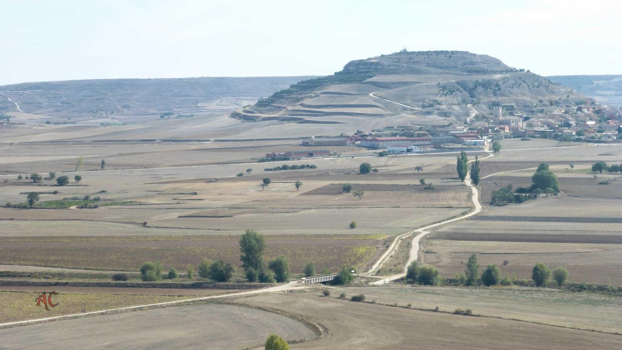 Vista del camino con Castrojeriz al fondo