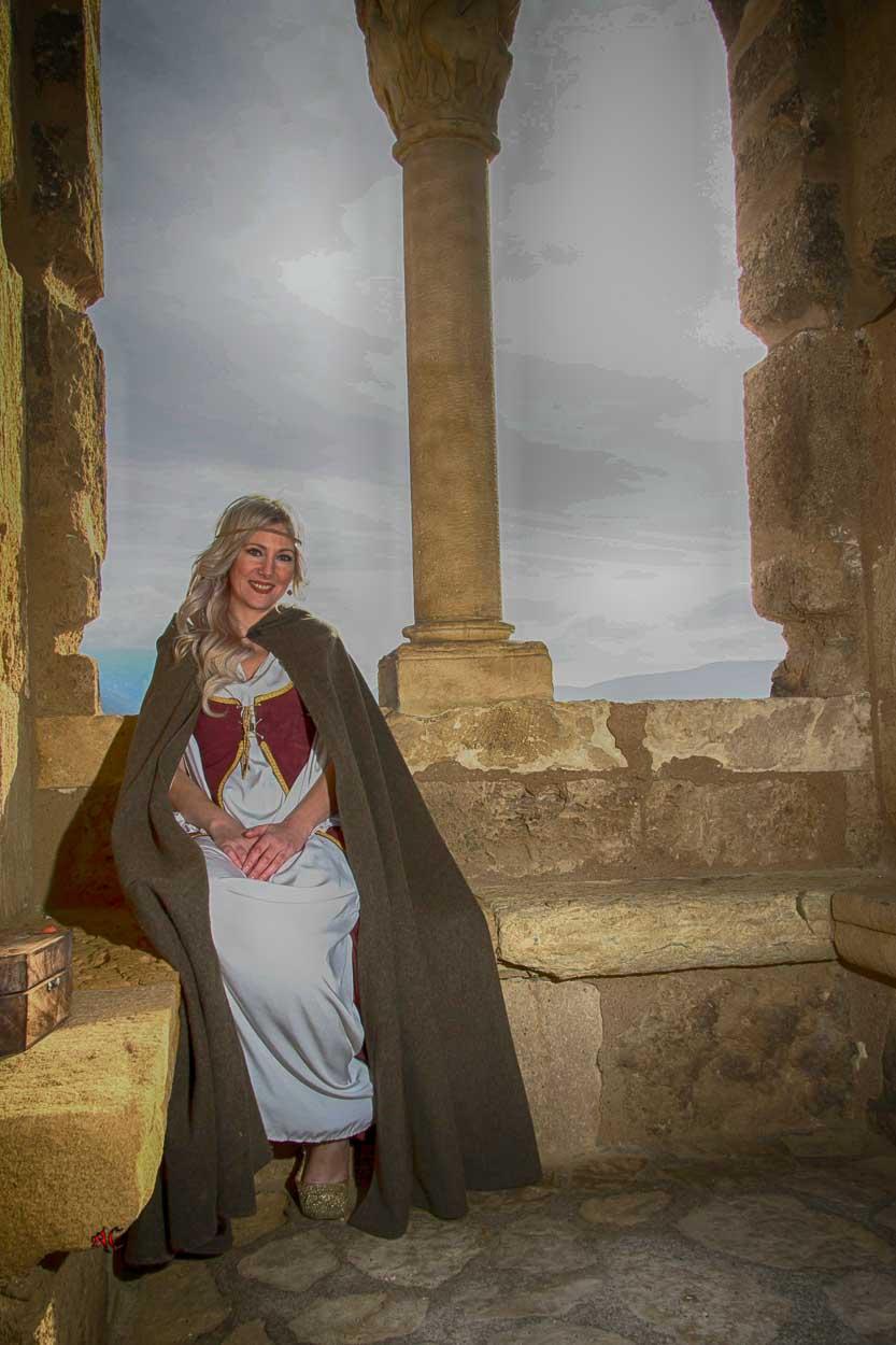 Silvia sentada en el Castillo en un ventanal del castillo de Frías