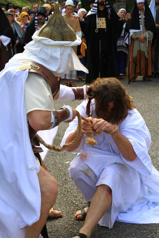 Viacrucis y crucifixion de Jesus en el barrio de Arkotxa